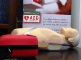 Automatický externí defibrilátor bude v Rakovníku využívat městská policie